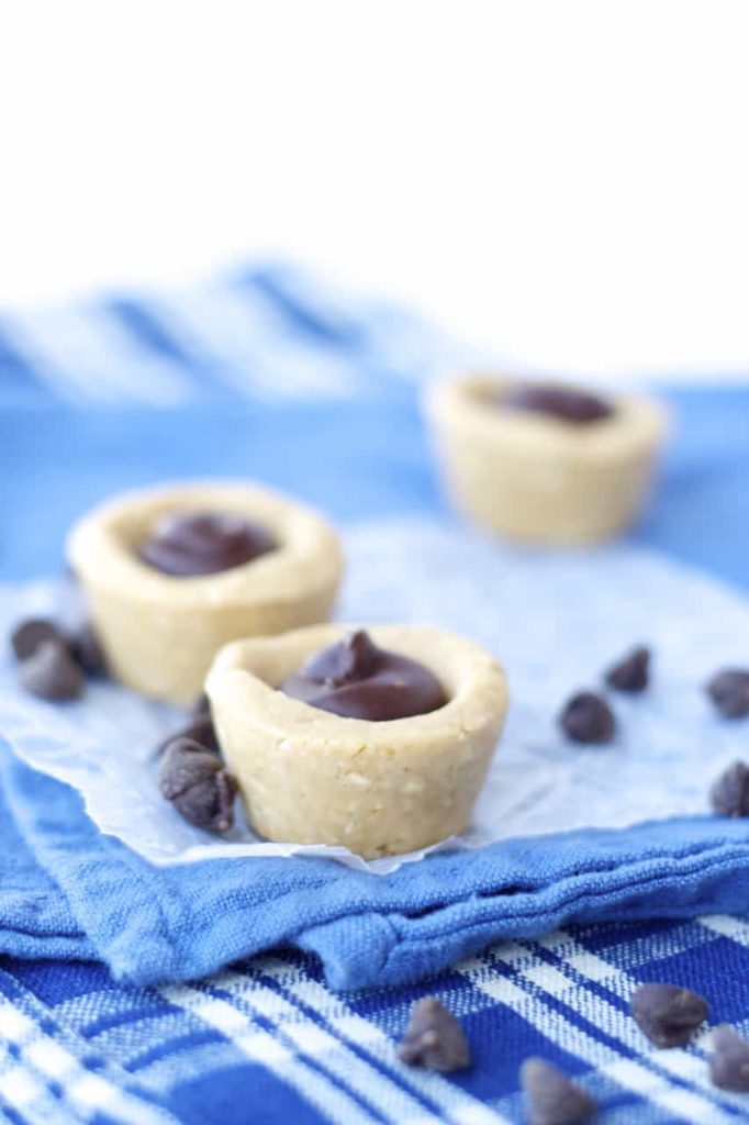 No Bake Peanut Butter Cookie Cups - These no bake peanut butter cookie cups are amazing! No bake, flourless, mini and full of peanut buttery flavour. Can't beat that!