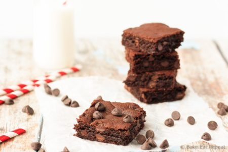 Flourless Peanut Butter Brownies - One bowl flourless peanut butter brownies that are refined sugar free, yet filled with deep dark chocolate and peanut butter flavour!