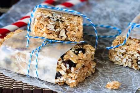 Oatmeal Raisin No Bake Granola Bars - Easy oatmeal raisin no bake granola bars – only 7 ingredients and they can be whipped up in under a half hour. The perfect snack for the kids lunches!