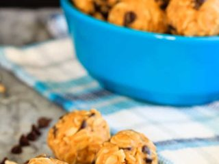 Peanut Butter Energy Balls - These 4 ingredient peanut butter energy balls are super quick and easy to make, and are a perfect snack or addition to the lunchbox!