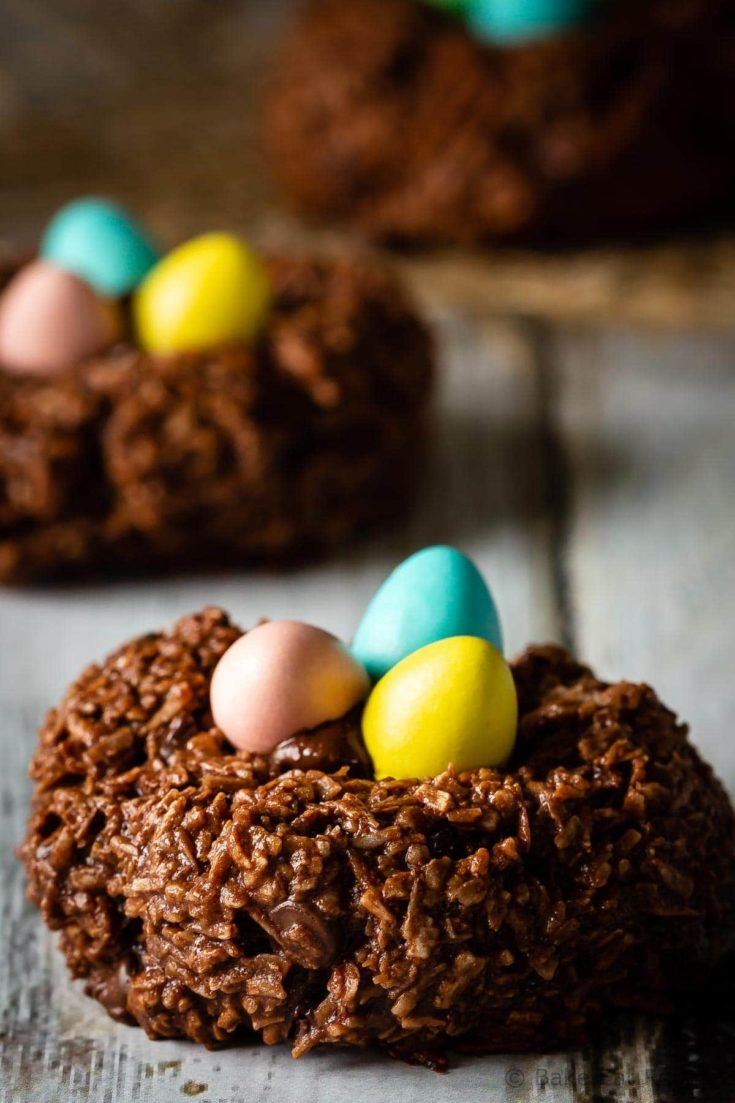 AD: These cute little bird's nest chocolate macaroons are so fast and easy to make and the kids LOVE them! An easy, tasty Easter treat for the kiddos!