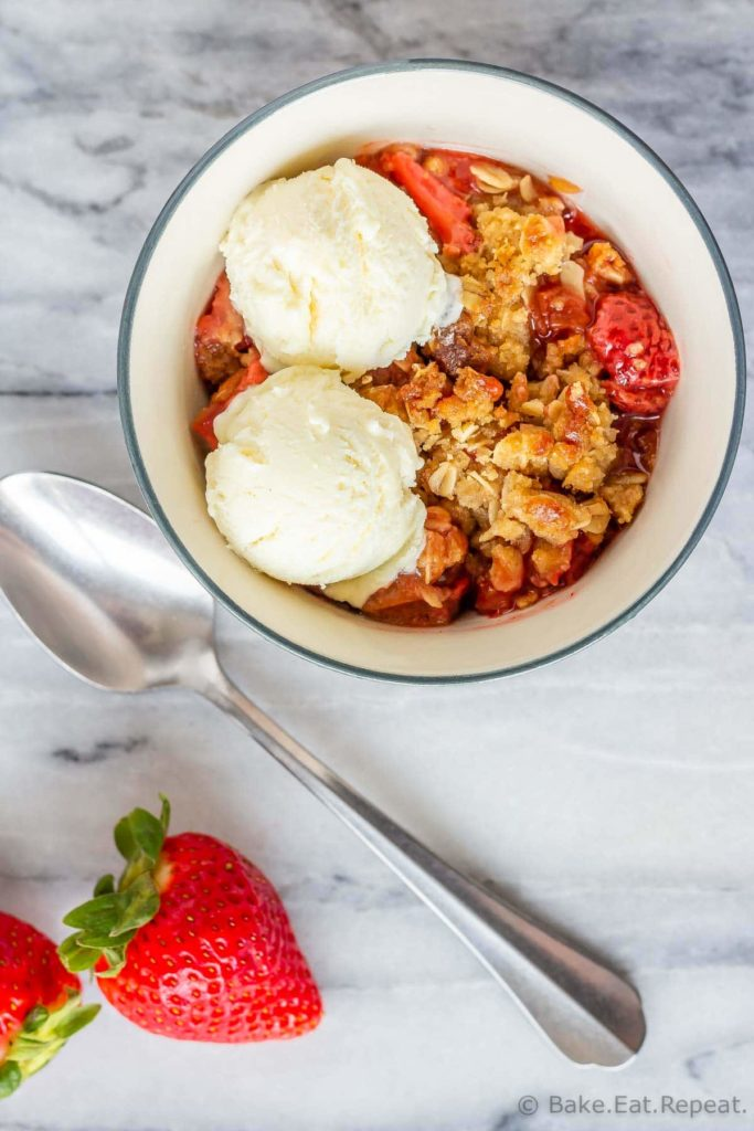 Strawberry rhubarb fruit crisp